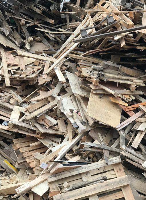 Grimmert-Recycling: Abfallentsorgung | Ein großer Berg Holzschutt (Paletten und Bretter)
