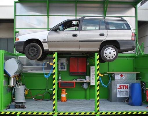 Grimmert-Recycling - Altfahrzeug Recycling |Aufgebocktes Auto bei der Verschrottung und Verwertung