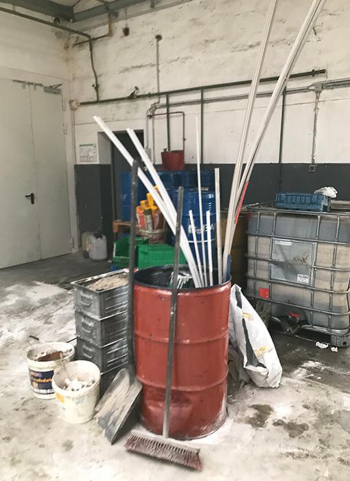 Grimmert-Recycling - Baustellenreinigung |Reinigungsutensilien in einem Faß