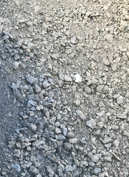 Grimmert-Recycling - Schüttgüter |Schotter, verteilt auf dem Boden